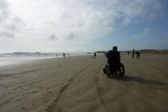 Am Strand mit Rollstuhl